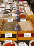 Teller op Turkse kruidmarkt stock foto's
