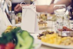 Teller und Nahrung auf der festlich gedienten Tabelle im Restaurant lizenzfreie stockbilder