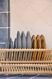 Teller und Regal in der Küche Stockfotografie