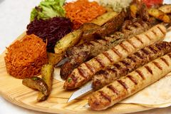 Teller vom Hammelfleischhackfleisch in Form von kleinen gebratenen Würsten mit scharfen Gewürzen stockfotos