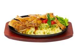 Teller von einer Ente mit einer Kartoffel und Gemüse Stockfotos