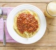 Teller von italienischen Spaghettis mit reicher Tomate basierte Bolognaise-sauc lizenzfreie stockbilder
