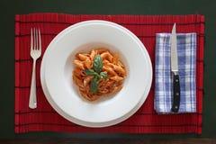 Teller von italienischen Teigwaren kleidete mit Tomatensauce an lizenzfreie stockbilder