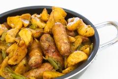 Teller von Kartoffeln und von Würsten Stockfotos