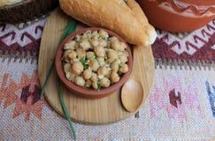 Teller von Kichererbsen mit Kräutern und Olivenöl Lizenzfreies Stockfoto