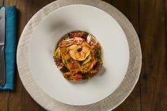Teller von Linguine mit Meeresfrüchten Typische sizilianische Küche, das tra lizenzfreie stockfotos