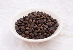 Teller von Milch und von dunklen Schokoladensplittern stockfoto