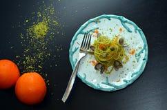 Teller von Spaghettis mit Pistazien Typische sizilianische Küche Stockfotografie