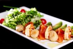 Tellermischung von Salaten mit Meeresfrüchten lizenzfreie stockfotos
