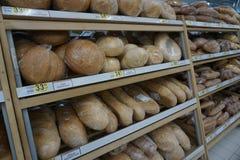 Tellers met brood en prijzen in de opslag stock afbeeldingen