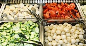 Tellersegment eines Selbstservice-Buffets mit Gemüse Stockfotografie
