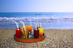 Tellersegment mit Getränken auf dem Strandsand Stockfotografie