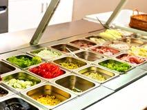 Tellersegment mit Nahrung auf Schaukasten an der Cafeteria Stockfoto