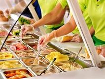 Tellersegment mit Nahrung auf Schaukasten an der Cafeteria Lizenzfreies Stockfoto