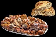 Tellervoll feinschmeckerisches köstliches Spucken gebratene Schweinefleisch-Scheiben mit frisches inländisches heftigem Laib Pitt lizenzfreie stockfotografie