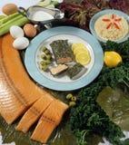 Tellervoll Fische und Oliven Stockfotografie