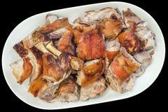 Tellervoll von feinschmeckerischem köstlichem spucken frisch die gebratenen zarten Schweineschulter-Scheiben, die auf schwarzem H lizenzfreies stockfoto