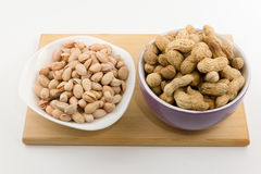 Tellervolle der verschiedenen Nüsse stehen auf einer Platte auf einem weißen backgrou Stockfotos