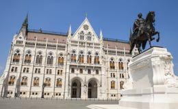 Telling Gyula Andrassy Statue en het Hongaarse Parlement royalty-vrije stock fotografie