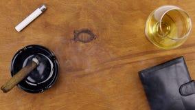 Tellingsgeld, het roken en het drinken cognac op de Desktop, mening van hierboven stock footage