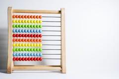Telraam met kleurrijke die parels op witte achtergrond worden geïsoleerd royalty-vrije stock foto's