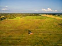 TELSIAI LITHUANIA, LIPIEC, - 30, 2016: Zbierać Pszenicznego pole w obszarze wiejskim zdjęcie stock