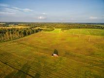 TELSIAI LITHUANIA, LIPIEC, - 30, 2016: Zbierać Pszenicznego pole w obszarze wiejskim zdjęcie royalty free