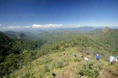 Tem de voyage vont au sommet de la montagne photographie stock libre de droits