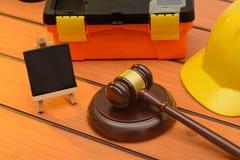 Tema com o martelo de madeira na tabela, conceito da lei laboral da legislação fotografia de stock