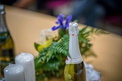 tema das decorações do casamento, flores no interior branco Foto de Stock
