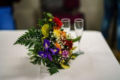 tema das decorações do casamento, flores no interior branco Fotos de Stock