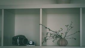 tema das decorações do casamento, flores no interior branco - vintage f Foto de Stock