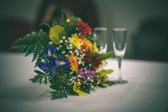 tema das decorações do casamento, flores no interior branco - vintage f Imagens de Stock
