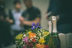 tema das decorações do casamento, flores no interior branco - vintage f Fotos de Stock Royalty Free