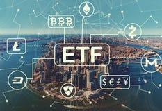 Tema de Cryptocurrency ETF com ideia aérea da skyline de NY imagens de stock