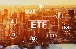 Tema de Cryptocurrency ETF com ideia aérea da skyline de NY foto de stock
