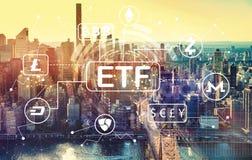 Tema de Cryptocurrency ETF com vista aérea de Manhattan, NY foto de stock royalty free