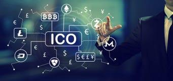 Tema de Cryptocurrency ICO com um homem de negócios imagem de stock royalty free