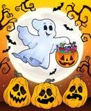 Tema de Dia das Bruxas com fantasma de flutuação Foto de Stock