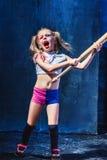 Tema de Halloween: Muchacha con el bate de béisbol listo para golpear Foto de archivo