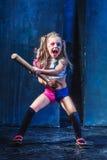 Tema de Halloween: Muchacha con el bate de béisbol listo para golpear Imagenes de archivo
