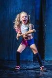 Tema de Halloween: Muchacha con el bate de béisbol listo para golpear Fotografía de archivo