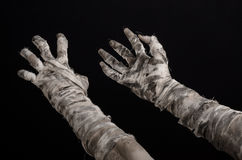 Tema de Halloween: viejas manos terribles de la momia en un fondo negro Fotos de archivo