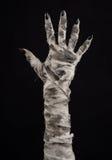 Tema de Halloween: viejas manos terribles de la momia en un fondo negro Fotografía de archivo