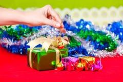 Tema de la celebración con los regalos de la Navidad y del Año Nuevo Imagenes de archivo