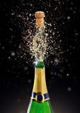 Tema de la celebración con salpicar el champán encendido Imagenes de archivo