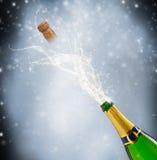 Tema de la celebración con salpicar el champán encendido Foto de archivo libre de regalías