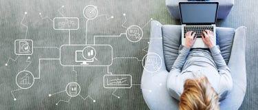 Tema de la compra y venta de acciones con el hombre usando un ordenador portátil imagen de archivo libre de regalías