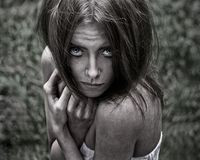 Tema de la pesadilla y de Halloween: retrato de la bruja asustadiza de la muchacha en el bosque imagenes de archivo