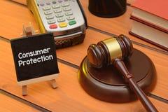 Tema de la protección al consumidor con el mazo de madera en la tabla, fondo de la ley imagenes de archivo